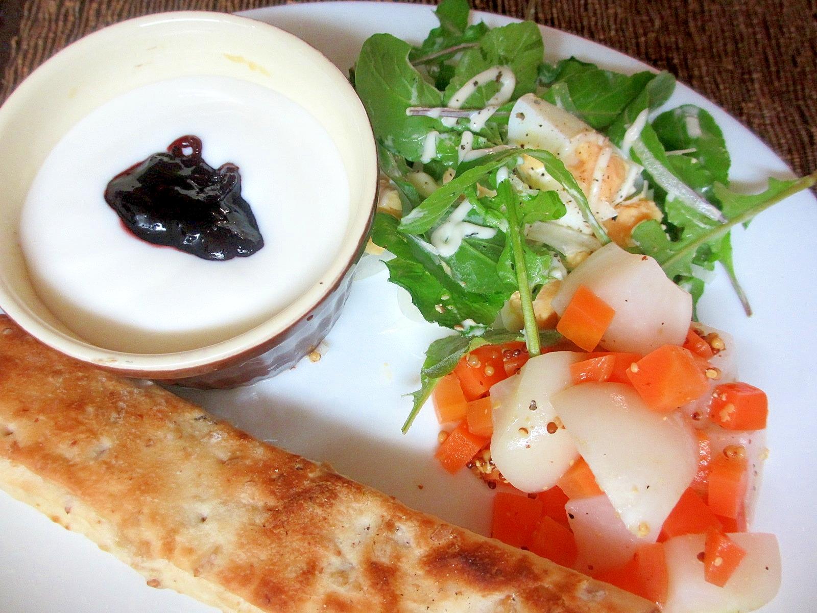 ルッコラとゆで卵のサラダの朝パンプレート