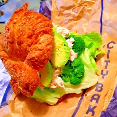 鶏ささみとアボカドのヘルシー黒和っさんサンド