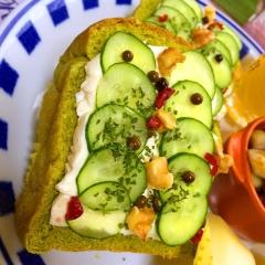 胡瓜とクリームチーズの彩りオープンサンド