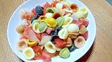 玉ねぎのお漬物とトマトとパスタのサラダ