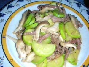 あっさりタイプの牛肉・ひらたけ・ズッキーニの炒め物