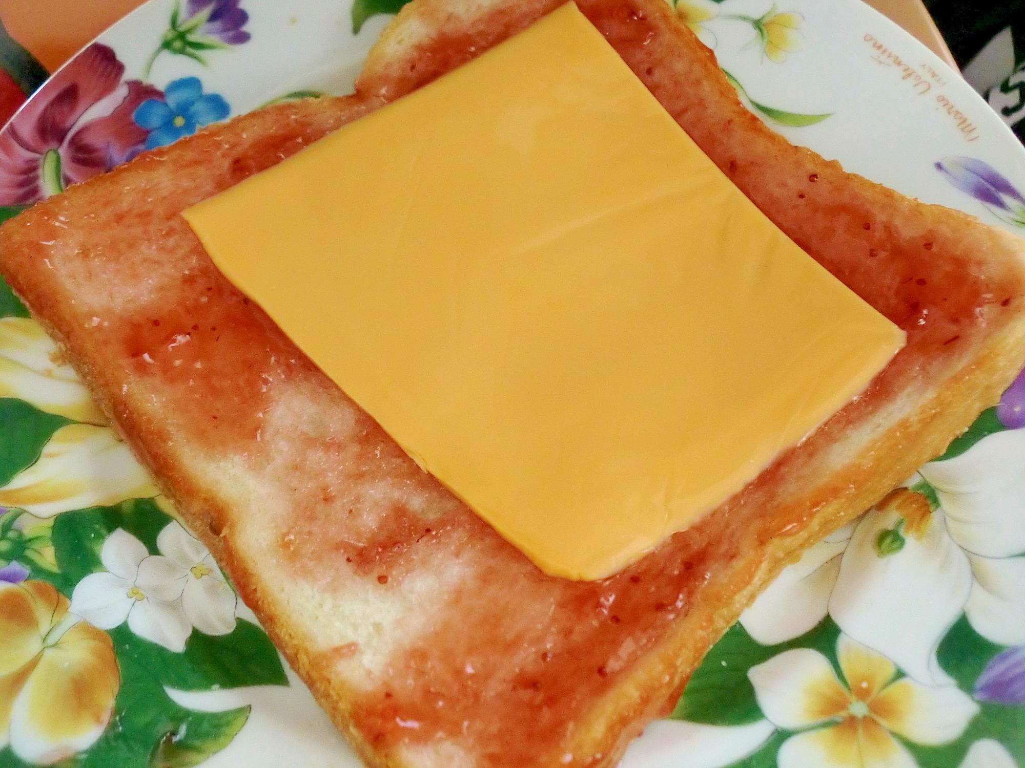 子どもが考案♪苺ジャムトーストのチェダーチーズのせ