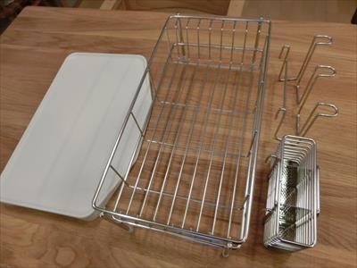 水が流れる水切りかごと受け皿です。両方揃えると5千円オーバーなので、無印良品週間を待って購入しました。