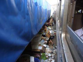 メークローン線路市場を通過する列車