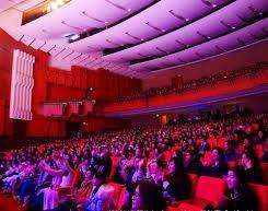 観客席全体に響き渡る。