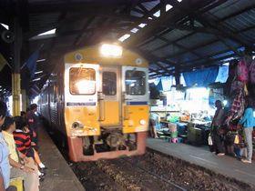 マハーチャイ駅に入線する列車