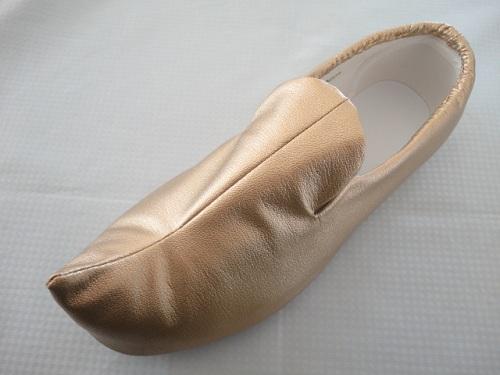 先の尖った靴