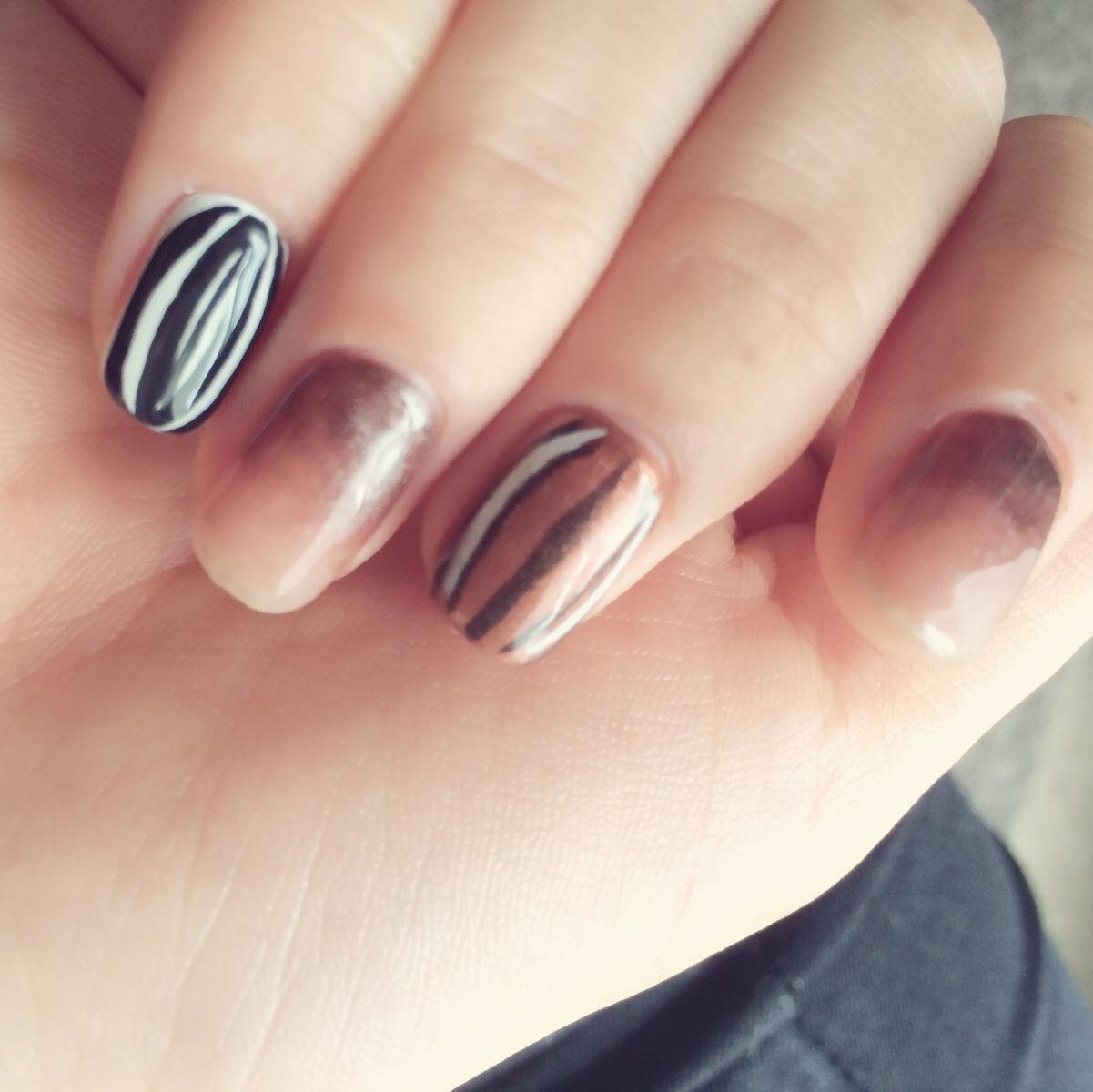 にして実際のシマリスの爪とおそろいにして、ブラウン地に黒と白の縞模様でシマリスの背中風、小指は白地に黒でざっくりとラインをひいてヒマワリの種 っぽくした。