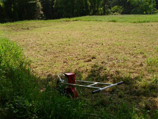 陸稲栽培予定地と岡戸式播種機LV-3 20120509