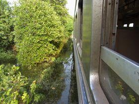洪水地帯を進む国鉄メークローン線