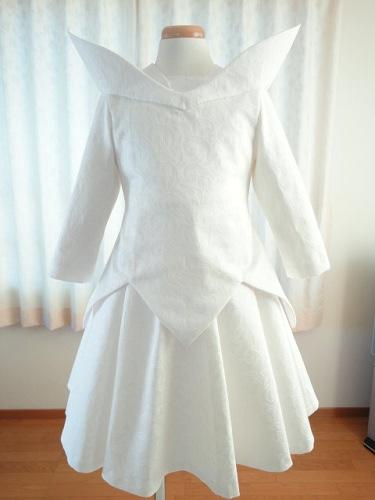 ブラウスはAラインワンピースドレスのパターンを利用して、裾をギザギザにカットして見返しを付けています。スカートはミディ丈です。立ち衿はドレスのVネックライン