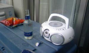 お酒とラジオの写真