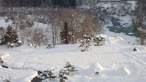 中国の皆様、雪に戯れる