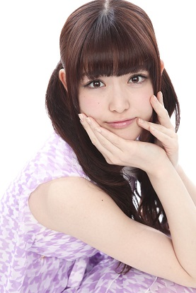 紫ワンピースを着ている松村沙友理