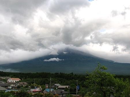 雨の合間の富士山