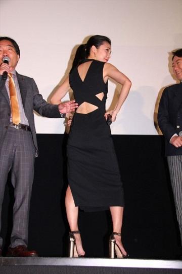 竹内結子 背中 ドレス