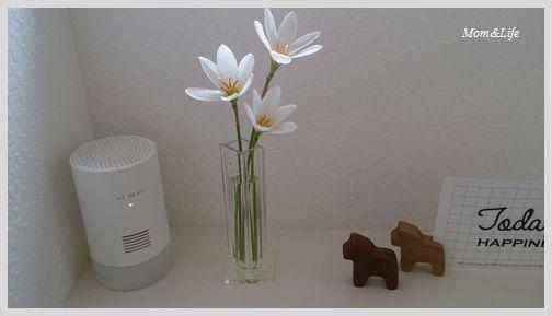 元々置いていたリサラーソンの花瓶たちは、隣の壁につけた無印の棚へ移動。