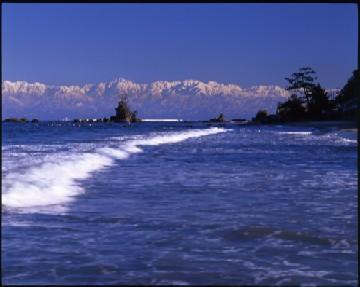 雨晴海岸から望む立山連峰