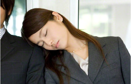 たしか1,2年前、通勤電車の中で女子高生が隣に座ってしばらくすると居眠りを始めこちら側に傾き、どんどん体重がかかってきて頭まで肩にもたれかかって肩枕状態になっ