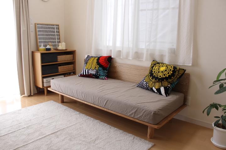 またスモールサイズのベッドフレームのみ、側面に取り付けられる板とクッションがあり、ソファベッドとしても使えます。