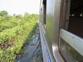 洪水地帯を走るメークローン線