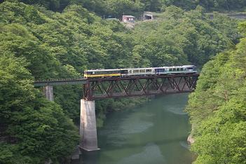 絶景空間を走る会津鉄道「お座トロ展望列車」