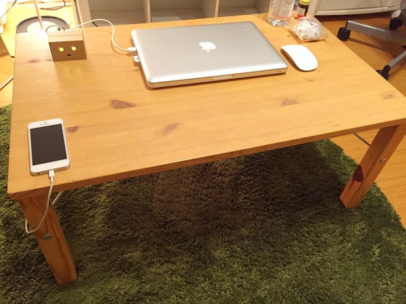 こちらは、無印良品のパイン材テーブル・折りたたみ式です。 商品名は、机ではなくテーブルなので、 文房具や教科書をしまうスペースがまったくありません。