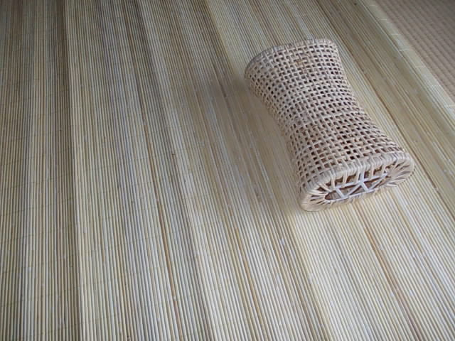 籘製の敷物と枕20120724