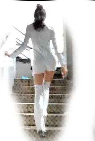 PVC白色のキャットスーツの美少...