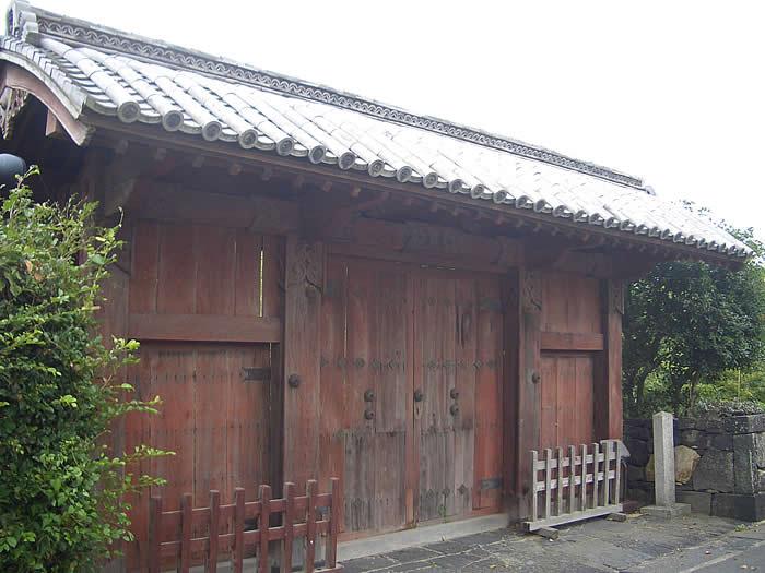 旧福原家萩屋敷門(きゅうふくはらけはぎやしきもん) 萩市堀内にある旧福原家萩屋敷門です。 木造切