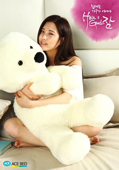 韓国では、付き合いだした頃に、彼が彼女にクマのぬいぐるみを贈るのが定番らしいですね。 自分と思って抱きしめて・・・と言う事らしいですが・・・