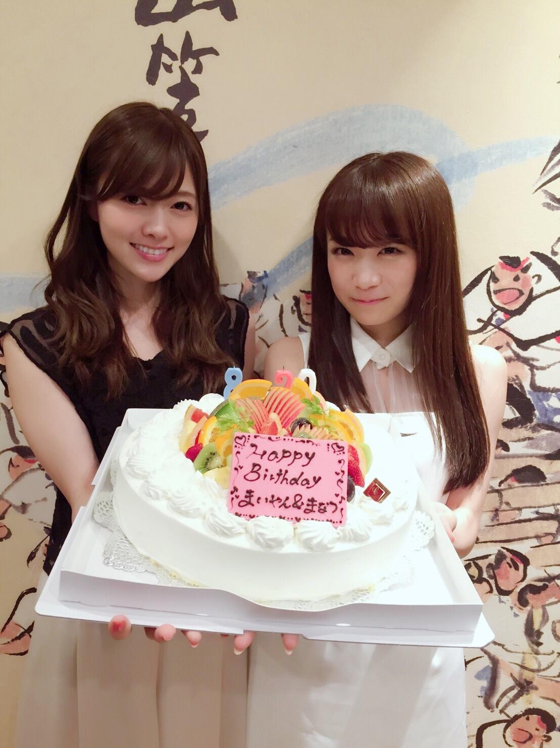 乃木坂46の人気メンバー、白石麻衣と秋元真夏が同じ誕生日(8月20日)で、福岡ライブを終えてホテルに帰ったらサプライズで2人そろってお祝いされたもよう。