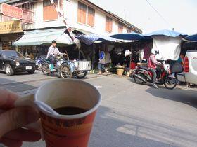 コーヒーを飲みながらメークローン線路市場を眺める