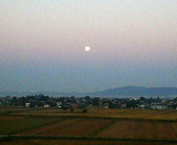 沈みゆく十六夜の月