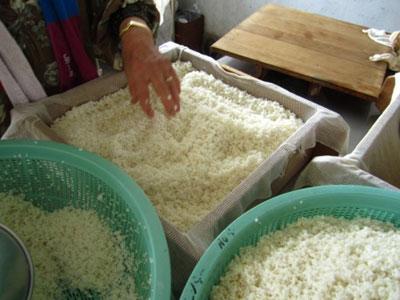 水を切ったお米を蒸篭に詰め.jpg