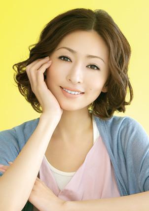 微笑む松雪泰子