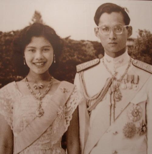 国王 王妃 タイ