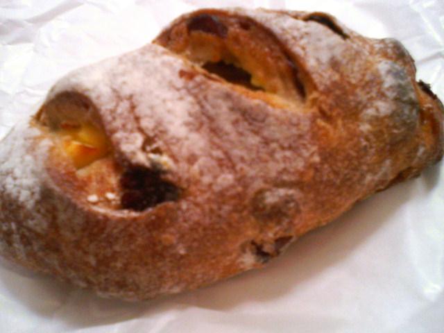 クランベリーとチーズのパン