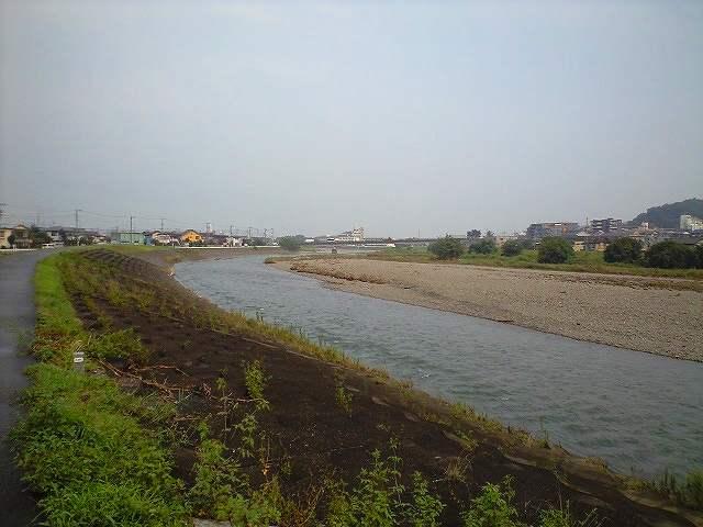 浅川の河原沿いの遊歩道