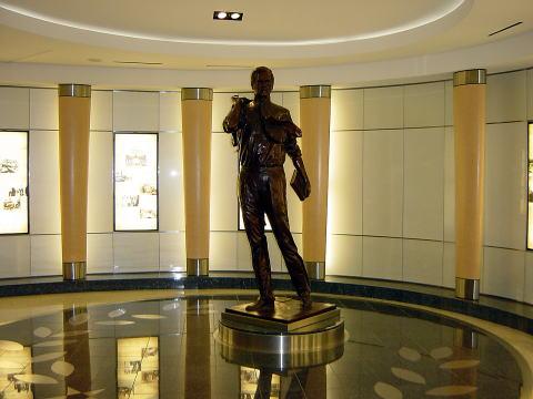 ブッシュの銅像
