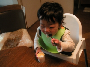 プリンを食べる