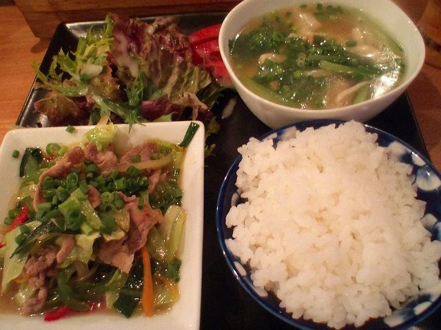 豚肉炒めと雲呑のスープ 本日は豚肉野菜炒めと雲呑のスープです。野菜炒めはパクチーがほんのり効いて