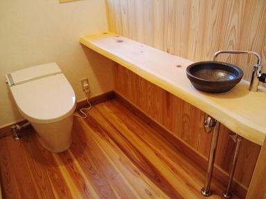 造作手洗いカウンター 和風モダンスタイルトイレ アクセントウォール 壁 杉 板張り