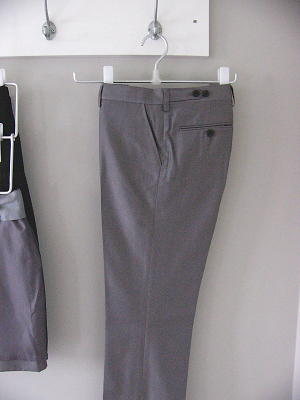 丈の短いハーフパンツやスカートは、3段式のハンガーに(これも無印)