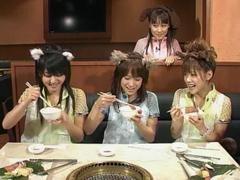 前列左からジュンジュン、亀井絵里、新垣里沙、後ろはリンリン