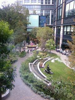 美術館裏の庭.jpg