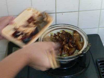 土鍋に肉をいれる