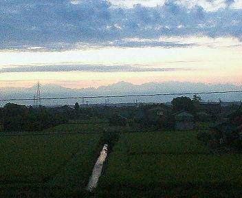 白く浮き立つ立山連峰の稜線
