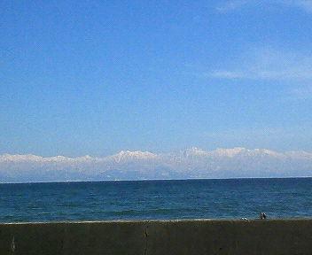 能登半島富山石川県境付近から富山湾越しに望む立山連峰