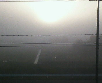 濃霧の中の日の出